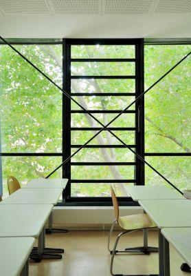 Lamellenfenster eignen sich besonders gut als natürliche Rauch- und Wärmeabzugsgeräte. Foto: Fieger Lamellenfenster