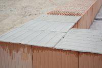 Innovative Qualitätskontrolle: Genormte Mörtelpads schließen Anwendungsfehler quasi aus und beschleunigen den Mauervorgang.