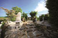 Steinmöbel und Skulpturen überdauern Jahrhunderte und werden immer schöner (Freigelände bei BioTopic)