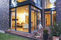 Beim Spiel mit Architektur und energieeffizienten Fenstertüren entstehen einladende wintergartenähnliche Wohnträume.
