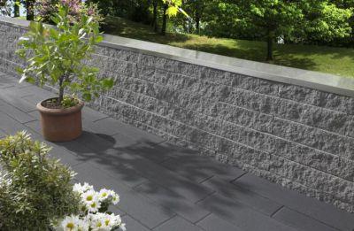 Elegante Abgrenzung: Das Cubaro-Mauersystem hat eine feingebrochene Oberfläche, die je nach Lichteinfall edel glitzert