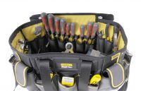 In der neuen Stanley Werkzeugtasche mit runder Öffnung ist das Werkzeug in vielen Außen- und Innentaschen stets griffbereit.
