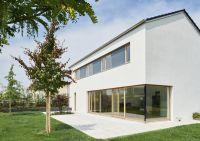 """Noch enger verbunden als bei diesem Einfamilienhaus sind die Baustoffe Ziegel und Holz im neuen Mauerziegel """"Unipor W07 Silvacor""""."""