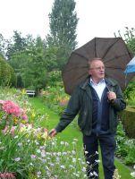 Der leidenschaftliche Gärtner Leo Laureys führt durch seinen Garten in Antwerpen. (Foto: Birgit Fellecke)