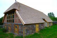 Gerade bei Nebengebäuden eine kostengünstige Alternative zum klassischen Reetdach - eine natürliche Reetoptik bleibt erhalten.