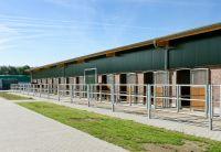 Zur Gestaltung der Fassade wurden Ziegelmauerwerk und Isowandprofile kombiniert. Foto: Brüninghoff