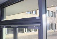 In den Treppenhäusern, der Mensa und Aula wurde das System NV Comfort zur natürlichen Lüftung installiert. Foto: WindowMaster GmbH