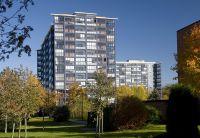 Eine nahezu komplette Verglasung der Fassade bildet eine schützende Hülle für das Gebäude.  Foto: Balco Balkonkonstruktionen GmbH