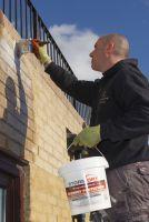 Auftragung von Stormdry Creme zum Schutz von Bauwerken - die einzige BBA-akkreditierte Fassadenhydrophobierung