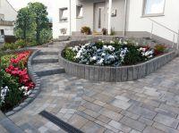 Ob als Terrassenplatte, Pflanzring oder Pflasterstein – KLB-Gala-Systeme bilden das Gerüst für die Begrünung rund um das Haus.