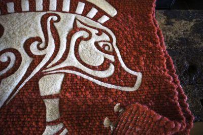 Schafwollteppich mit Wolltattoo keltisches Wildschwein