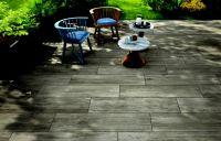 Die Granitkeramikplatte Xantos ist ein echter Hingucker und gefällt durch seine täuschend echte Holzstruktur auf der Terrasse