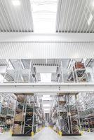 Viel Licht – gute Sicht: Die hohe Anzahl von Tageslichtelementen sorgt im Cordes&Graefe-Logistikzentrum für gute Ausleuchtung.