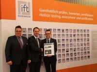JET-Produktmanager Christian Swiatkowski (Mitte) nimmt die EPD von Dr. Jochen Peichl (rechts) und Stefan Ude entgegen.