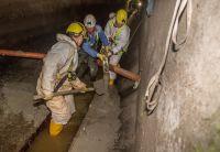 Zu beiden Seiten der Trockenwetterrinne werden die Bermen aus Beton profiliert. Foto: Sanierungstechnik Dommel GmbH