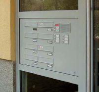 Türseitenteil-Briefkastenanlagen gibt es auch in wärmeisolierter Ausführung.   Foto: allebacker Briefkastensysteme
