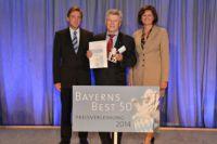 """Bayern's Wirtschaftsministerin Aigner (re.) übergibt die Auszeichnung """"Bayern's Best 50"""" an Geschäftsführer Groppweis (Mitte)."""
