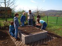 Der Andernacher Leichtbeton-Hersteller KLB Klimaleichtblock sponserte der Grundschule in Melsbach ein Hochbeet.