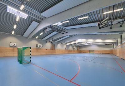 Das große Spielfeld der Halle kann für Ballsportarten und den allgemeinen Schulsport genutzt werden. Foto: Brüninghoff