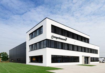 Moderner Firmensitz für Vangenhassend: Auf dem  Grundstück in Kaarst entstand ein dreigeschossiger Bürobau. Foto: Brüninghoff