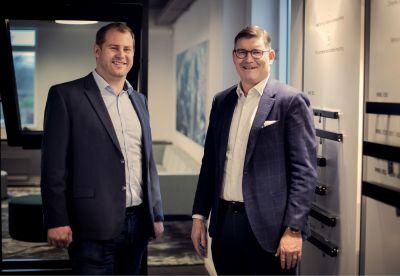 Geschäftsführer Erik Boyter begrüsst Stefan Fischer (links) als neuen Sales Director der WindowMaster Focair AG. Foto:WindowMaster