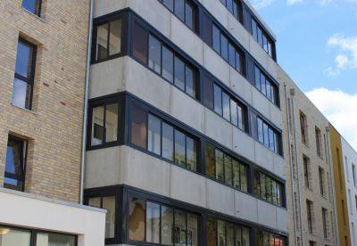 Die Laubengangverglasung Access überzeugt mit einem modernen Erscheinungsbild. Foto: Balco Balkonkonstruktionen GmbHtruktion