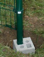 Zaun befestigen: Das Beton-Fundament von CHRISTOPH verankert Zäune oder Sichtschutzelemente schnell und standfest im Boden.