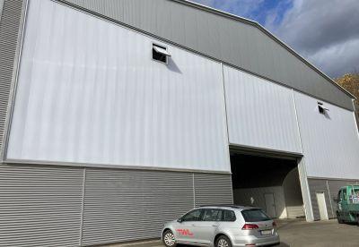 Nach der Sanierung: Lichtbauelemente von Rodeca tragen zu optischer und funktionaler Aufwertung der Hallenfassade bei.