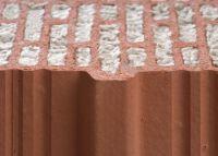 Gefüllt oder ungefüllt: Sowohl die Mauerziegel als auch die mineralische Dämmstoff-Füllung der Unipor-Gruppe sind nicht brennbar.