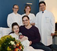 """Die stolzen Eltern Natalie und Dimitri Kurbatow (Vorne) mit ihrem """"Jubiläumsbaby"""" Arber.     Foto: Klinikum Ingolstadt"""