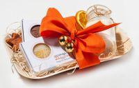Handgemachte Naturseifen als weihnachtliches Geschenk verpackt