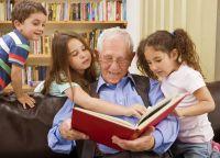 Bei seinen Enkeln ist Opa die Nummer 1, wenn es ums Vorlesen geht. Doch ist er auch gegen Keuchhusten geimpft?