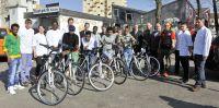 Die Delegation des Klinikums übergab sechs neue Fahrräder an Asylbewerber, die in Ingolstadt leben.  Foto: Klinikum Ingolstadt