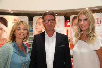 """VIP-Gäste auf der IFA: Inno Essentials-Geschäftsführer Robert Timmermann mit den """"Berlin Blonds"""" Tina Ruland und Tanja Bülter"""