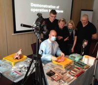 Dr. Zastrow M.Sc. demonstriert seine oralchirurgischen Techniken / © Dr. Zastrow & Kollegen
