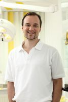 Zahnarzt Dr. Henrik-Christian Hollay aus München setzt auf schonende Implantologieverfahren anstelle von unpraktischen 3. Zähnen