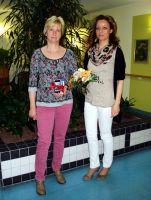 K&S-Pflegehelferin Kerstin Möbius (l.) und Pflegedienstleiterin Kristin Hinzpeter zur Übergabe der Prämie.
