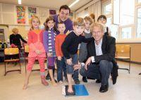 Präsident des BVOU e.V. Dr. med Andreas Gassen, Christian Bahrmann und Kinder des Aktionstages in Berlin