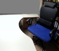 Büroarbeitsplatz mit höhenverstellbarem Schreitisch und Bürodrehstuhl in Sonderanfertigung