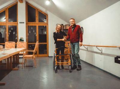 Rollator im Pflegeheim-Wheellator-orange-Gehhilfe fuer Rentner sowie Hilfsmittel bei Pflegestufe
