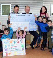 Konstantin Primbas, Inhaber von Aponeo, überreicht den Scheck für eine Bewegungsbaustelle an das Deutsche Kinderhilfswerk
