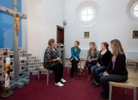 Gespräche und gemeinsame Rituale helfen beim ersten Weihnachtsfest nach einer Trennung oder dem Tod des Partners