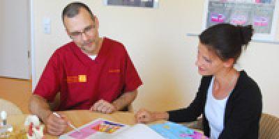 Dr. Jens Dreißig berät jeden Patienten ausführlich vor einer Implantatbehandlung
