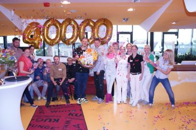 Das Team der Zahnarztpraxis KU64 jubelt mit dem 40.000sten Patienten