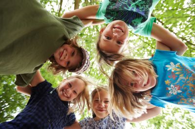 Glückliche Kinder mit gesunden Zähnen