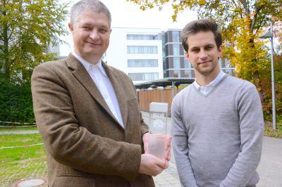 Der Pressesprecher des Klinikums Ingolstadt, Joschi Haunsperger und sein Stellvertreter, Bora Treder (rechts) mit dem Preis.