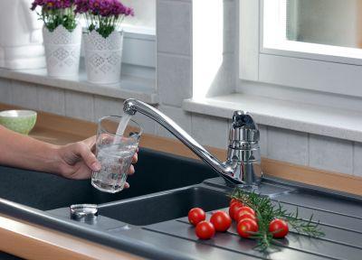 Trinkwasser aus der öffentlichen Wasserversorgung wird so regelmäßig und häufig kontrolliert wie kaum ein anderes Lebensmittel.