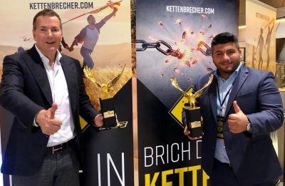 """Frank Felte, Gründer von Natura Vitalis (l.), und Samer Mohamad mit ihren """"Kettenbrecher-Awards"""""""