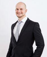 Dr. Frank Zastrow M.Sc. baut den Oberkiefer mit der Sinuslift-Schichttechnik auf / © Dr. Zastrow & Kollegen
