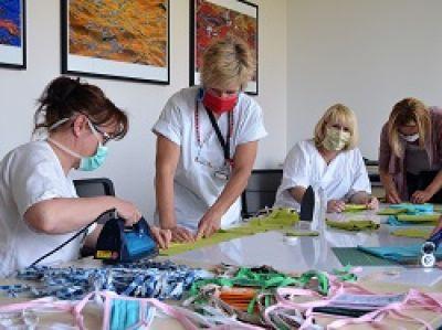 Herstellung von Mund-Nase-Bedeckungen im Gesundheitszentrum Bitterfeld/Wolfen.